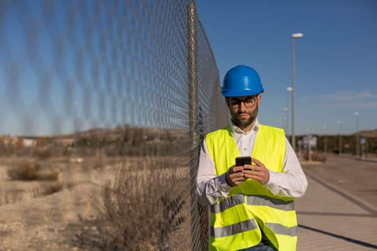 Technician using Offline Task Management Software